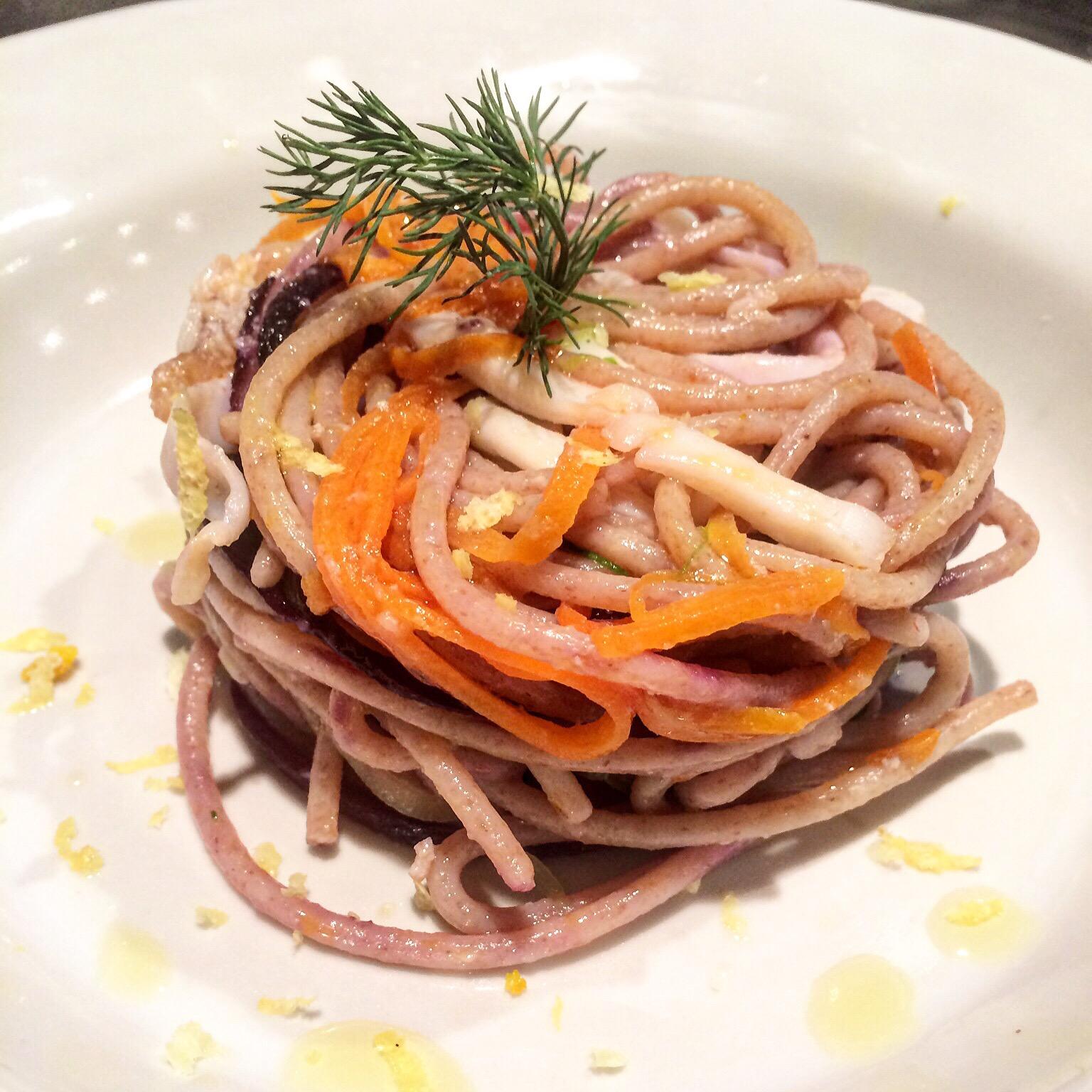 Spaghetti di farro con carote viola carote zucchine calamari e canocchie - Corsi cucina piacenza ...